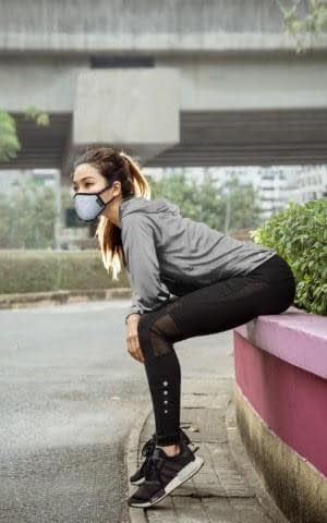 running girl wearing styleseal air pollution mask